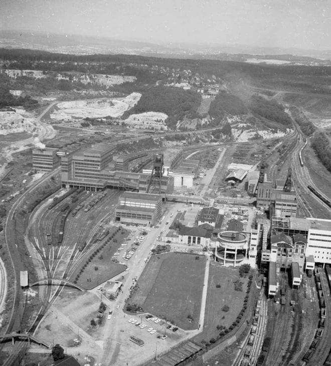 Vue aérienne du site des puits Wendel 3 - 2 et 1, des lavoirs 1-2 et 3 et du terril central (à droite). A l'arrière-plan, le site des puits Gargan.