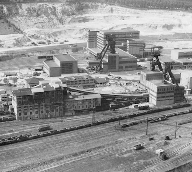 Vue aérienne du site du puits Wendel, avec les chevalements des puits 3 - 2 et 1 et les lavoirs. 1958