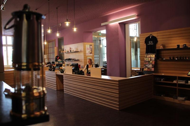 la boutique violette du Parc Explor Wendel avec le comptoir de vente au centre