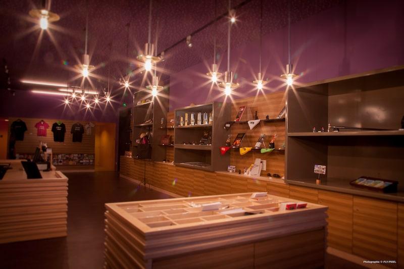 la boutique violette du Parc Explor Wendel avec ses différentes références présentées sur du mobilier en bois