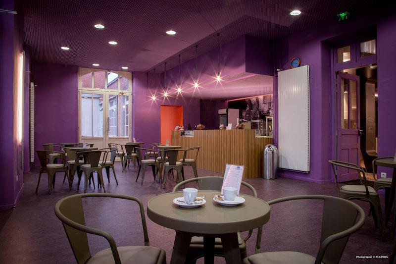 """cafétéria """"Le refuge des mineurs""""  équipé d'un mobilier design, en arrière plan le comptoir"""