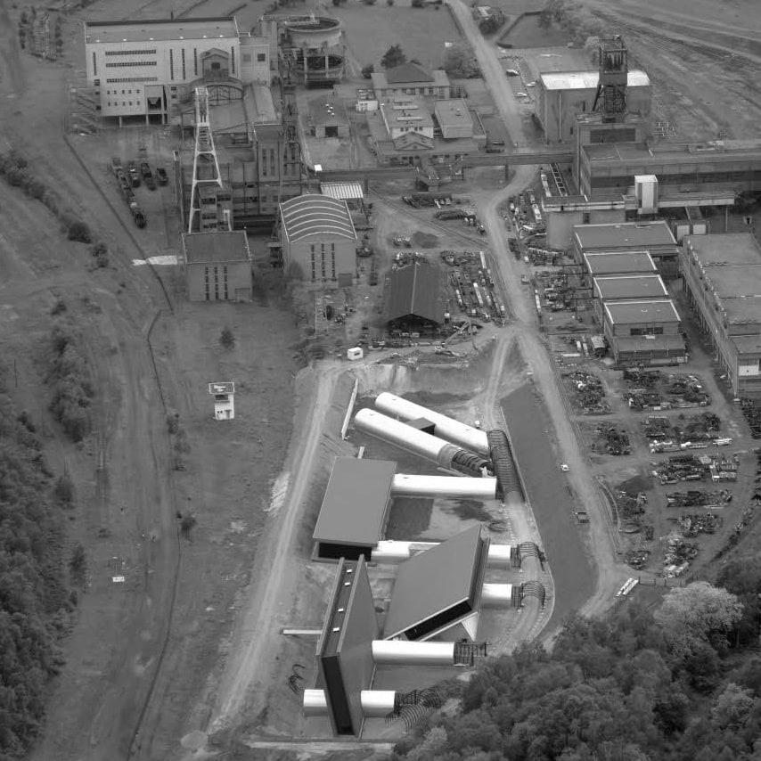 Vue aérienne. Au premier plan, les chantiers du fond, au second plan, de gauche à droite, les puits Wendel 1, 2, 3 © 4 vents