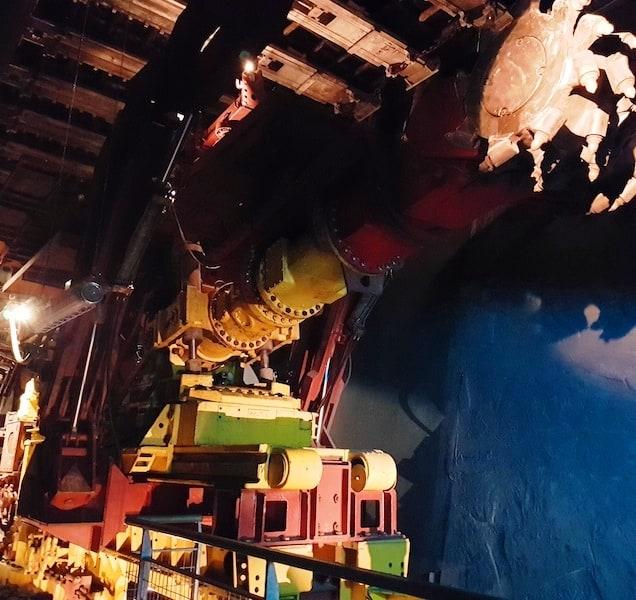 Dans la Mine Wendel, chantier en dressants: la machine est une ANF de couleur rouge et jaune avec un tambour de havage noir