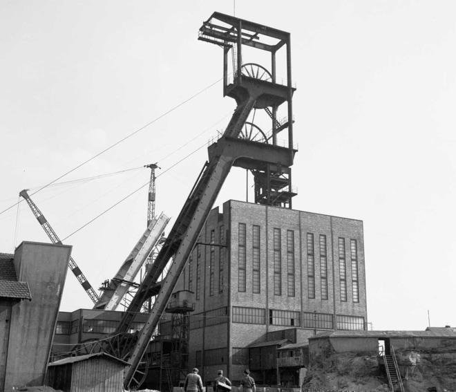 Le chevalement du puits Wendel 2 (au premier plan) et le remplacement du chevalement du puits Wendel 1. Entre 1955 et 1957.