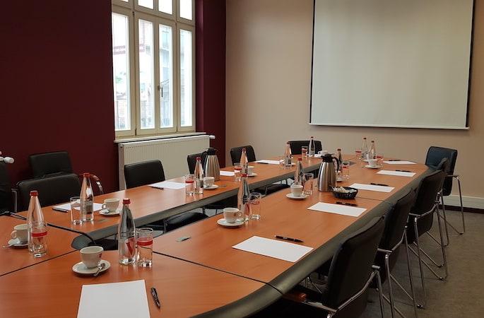 salle de réunion équipée avec vidéoprojection, boissons et café pour les participants